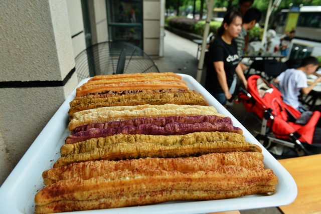 Colorful Fried Breadsticks Appear In Hangzhou